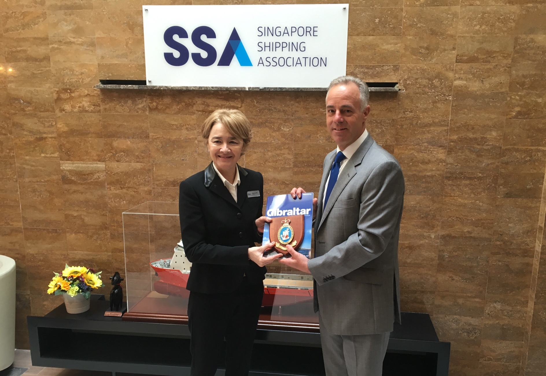 Captain of the Port Bob Sanguinetti exchanges plaques with Chairman Gina Lee-Wan, Senior Council Member of the Singapore Shipping Association