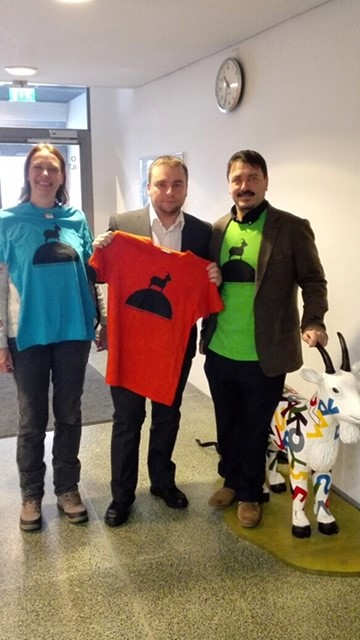 The team visited Pukinmäenkaari school and bought t-shirts featuring the new school logo, which was designed by a student. The logo depicts the school's name: Pukin means goat, and mäenkaari means mound.